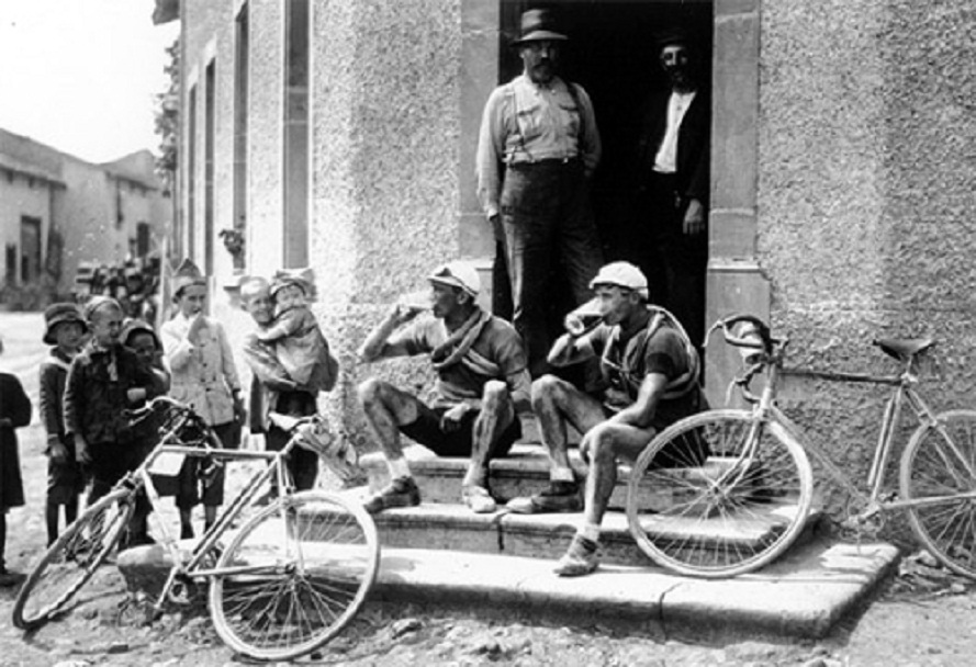 Cyclists-drinking-beer